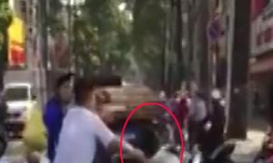 Tài xế taxi đánh người, bị dân lấy xe máy chặn đường