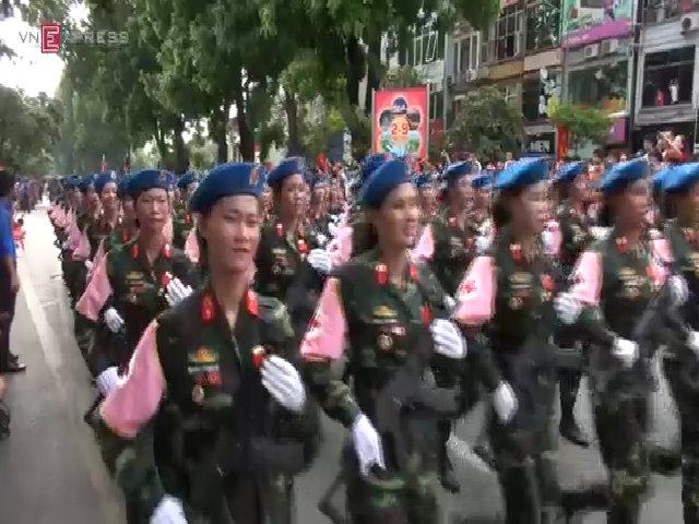 Hàng vạn người dân hân hoan chào đón đoàn diễu binh đi qua