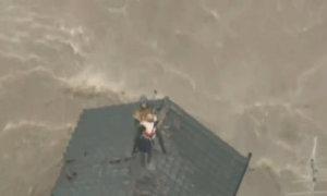 Trực thăng giải cứu người dân Nhật kẹt trên nóc nhà