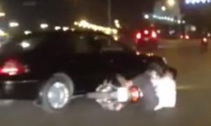 Người đàn ông lăn lộn gào thét chặn đầu ôtô biển xanh