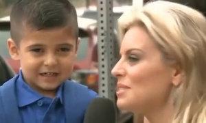 Bé trai bật khóc trước mặt cô phóng viên xinh đẹp