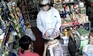 Nữ quái nhanh tay ăn bớt tiền của chủ tiệm