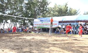 Đàn ông Sài Gòn chơi bóng chuyền bằng chân