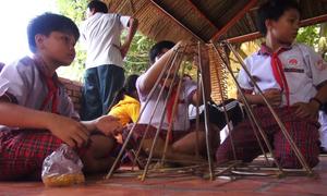 Hàng trăm trẻ em huyện đảo ở Sài Gòn làm lồng đèn