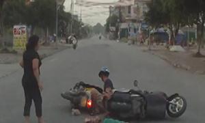 Hai xe máy tông nhau vì xe tải đỗ khuất tầm nhìn