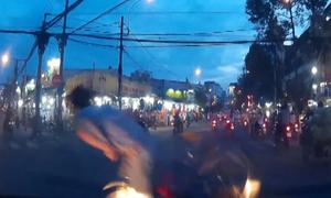 Nam thanh niên đi xe đạp vượt ẩu bị ôtô hất tung