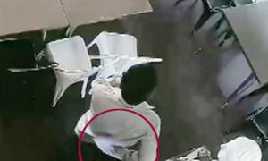 Đạo chích trộm iPad giấu vào cạp quần