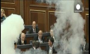 Nghị sĩ Kosovo đốt bom khói trong quốc hội
