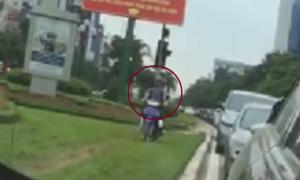 Xe máy 'cày xới' trên thảm cỏ để tránh tắc đường