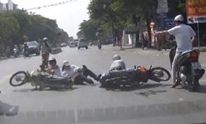 Dừng lại chờ đèn đỏ bị thiếu nữ tông xe máy ngã nhào