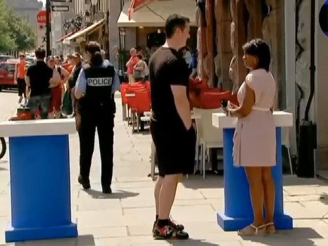 Đâm thủng lốp xe nữ cảnh sát vì dám liếc mắt với bạn trai