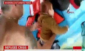 Cứu bé nhập cư 18 tháng tuổi trôi nổi trên biển