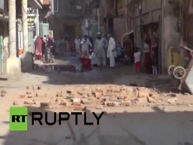 Người dân đổ ra đường sau động đất mạnh ở Nam Á