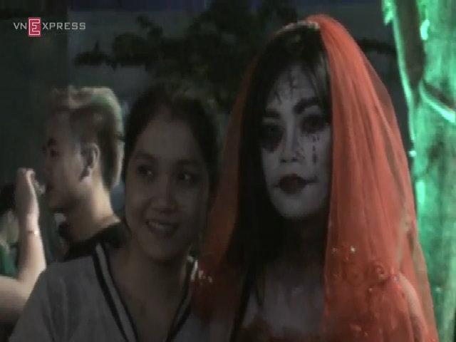 Đàn ma lúc nhúc ở quảng trường đi bộ Nguyễn Huệ