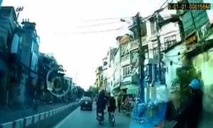 Thiếu nữ đi xe đạp điện bị giật dây chuyền giữa phố Hà Nội