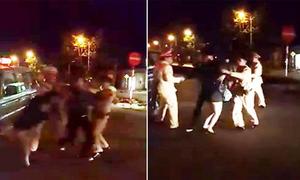 Cặp đôi đi xe đạp điện không mũ bảo hiểm tấn công CSGT