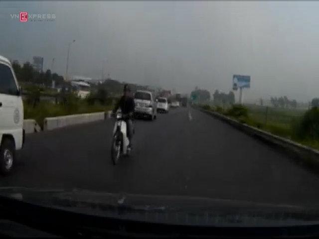 Quái xế phóng xe ngược chiều đánh võng giữa làn ôtô