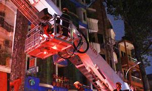 Cảnh sát dùng xe thang cứu nhiều du khách kẹt trong khách sạn cháy