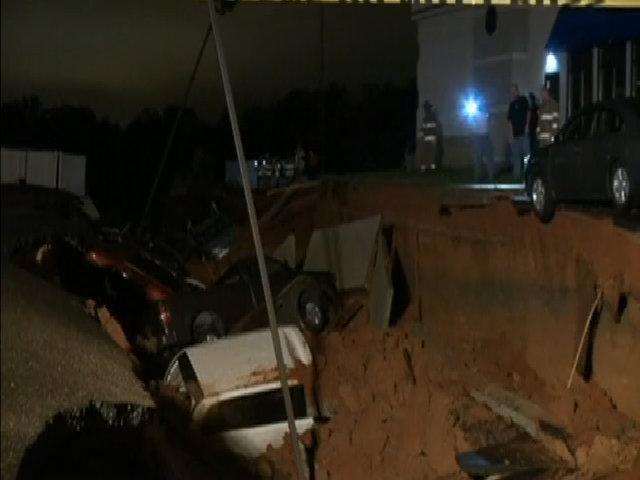 Hố tử thần 200 mét nuốt chửng 15 xe hơi