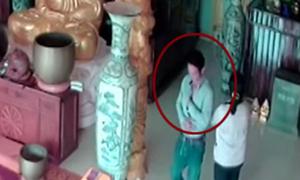 Nhóm trộm dùng sợi thép móc tiền công đức trong chùa
