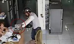 'Ảo thuật' trộm điện thoại trước mặt cô gái