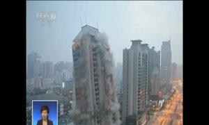 Tòa nhà cao 118 mét thành tro bụi trong 10 giây