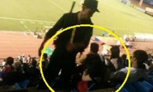 Cảnh sát cơ động tát cô gái trên khán đài xem đá bóng