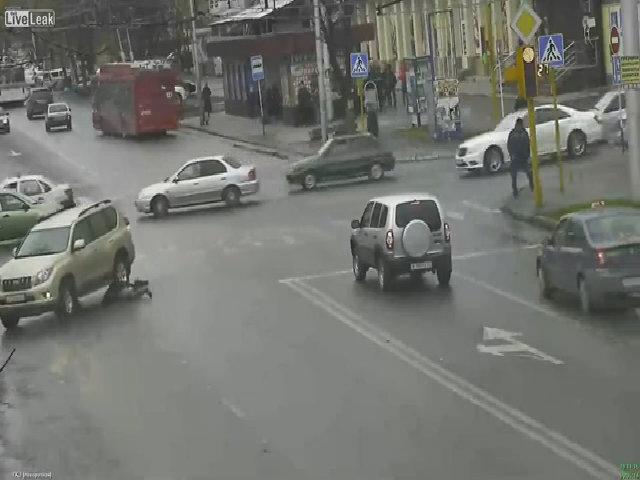 Ôtô chèn lên người phụ nữ đi bộ