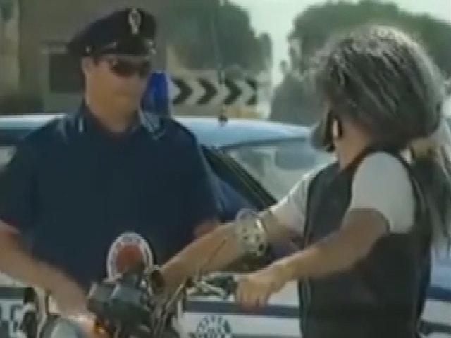 Chiếc mũ bảo hiểm khiến viên cảnh sát 'đứng hình'
