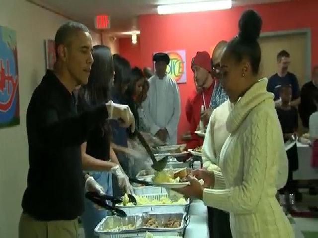 Tổng thống Obama phân phát đồ ăn cho cựu chiến binh vô gia cư
