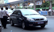 Dẹp xe công vụ 'chây ì' ở sân bay Tân Sơn Nhất