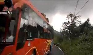 Xe khách lấn tuyến trên đèo suýt đâm vào ôtô tải