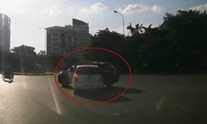 Taxi quay 90 độ vì đâm Lexus
