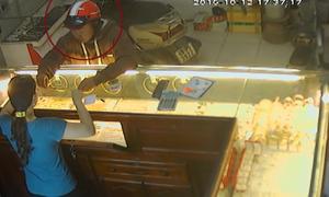 Chủ tiệm vàng la hét tuyệt vọng vì bị cướp 2 sợi dây chuyền