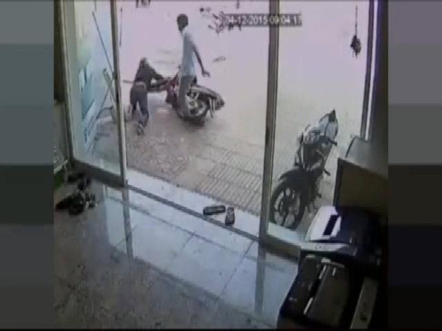 Tên trộm xe máy bị chủ nhà đá song phi ngã sấp mặt