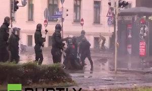 Cảnh sát Đức xịt vòi rồng vào người biểu tình