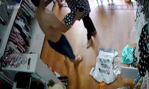 Bà bầu trộm điện thoại trong cửa hàng quần áo