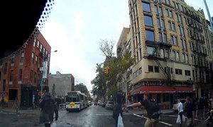 Đi xe đạp giật điện thoại của người đi bộ qua đường