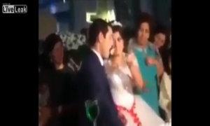 Chú rể phát cáu vì bị cô dâu trêu