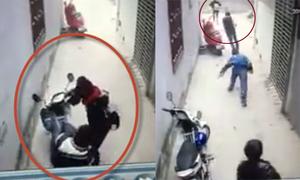 Đôi nam nữ nắm tay nhau đi trộm xe bị rượt đánh