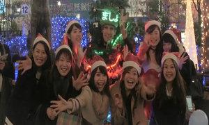 Anh chàng đóng giả cây thông Noel chạy quanh Tokyo