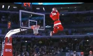 Ông già Noel chơi bóng rổ cực hay