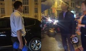 Tài xế ôtô dùng tạ đánh nhau với người đi xe máy