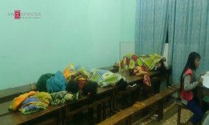 Thiếu chỗ ngủ, học sinh kê bàn thành giường qua đêm