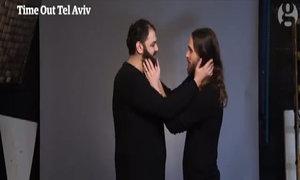 Tạp chí Israel phản đối lệnh cấm tiểu thuyết bằng video hôn nhau