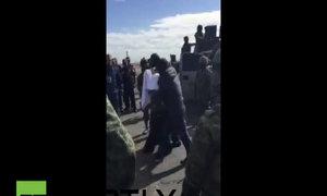 Trùm ma túy Mexico Guzman bị áp giải lên máy bay