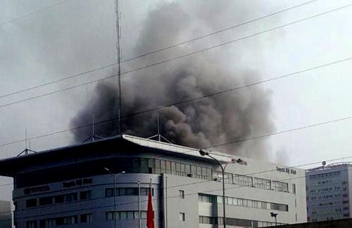 Cháy nghi ngút ở tòa nhà Toyota Mỹ Đình