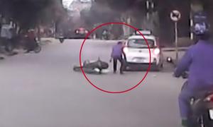 Người đàn ông chạy xe máy ngã nhào vì tông taxi