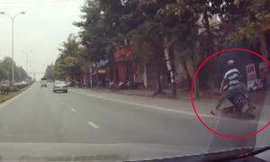 Tông chó chạy ngang đường, người đàn ông ngã đập đầu xuống đất