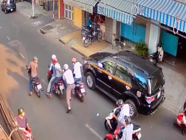 Người đàn ông giằng co quyết liệt với nhóm cướp giữa phố Sài Gòn